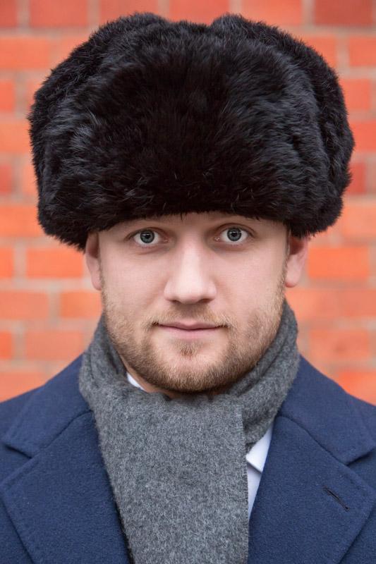 Tomasz Miler w futrzanej czapce