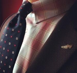 fioletowa marynarka, koszula w kratę i granatowy krawat