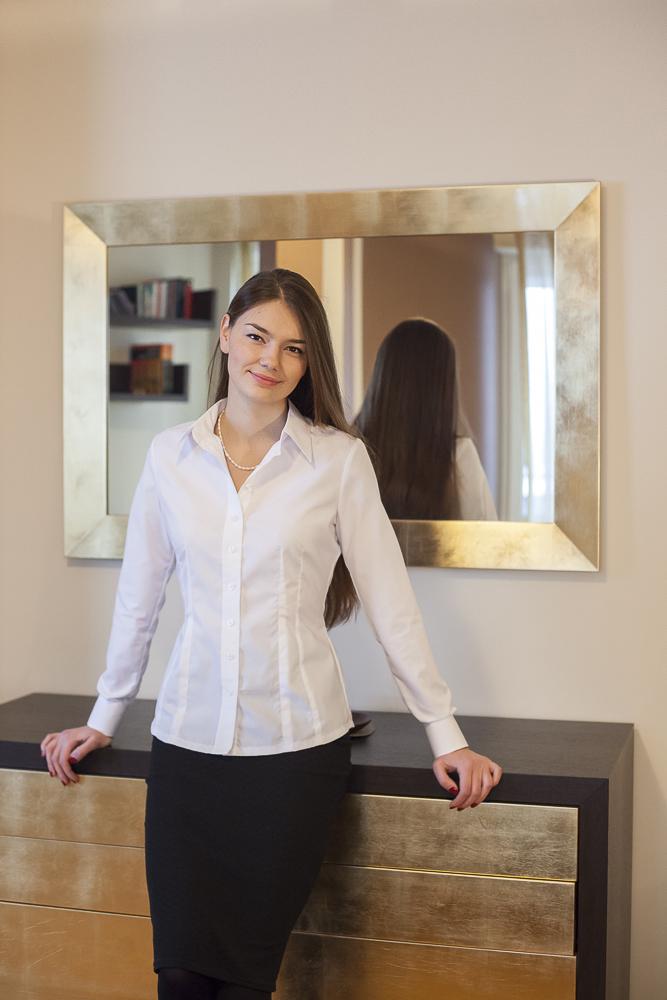 Olga Miler w białej kosuzli i czarnej spódnicy