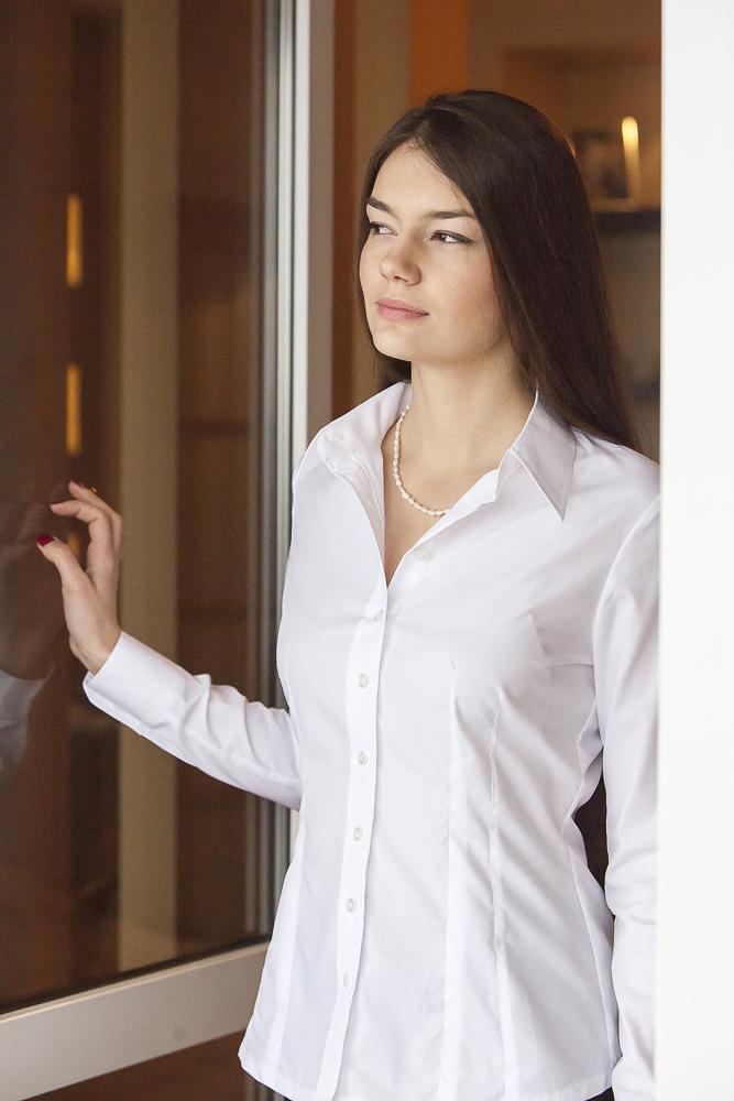 biała koszula na Oldze Miler