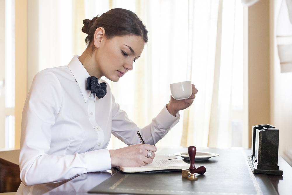 Olga Miler pijąca kawę z białej filiżanki
