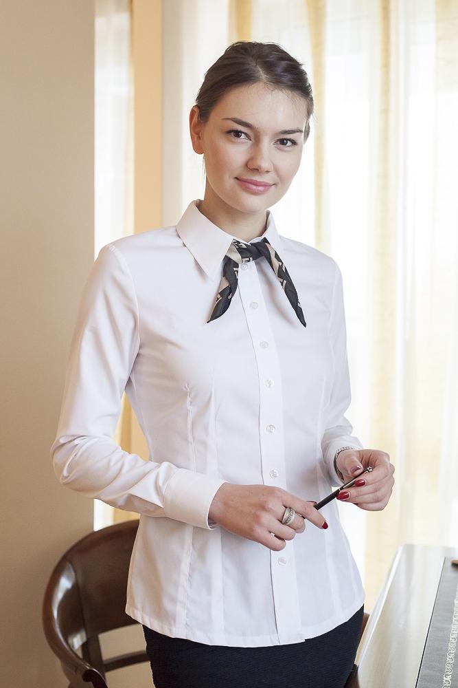 Olga Miler w białej koszuli z apaszką