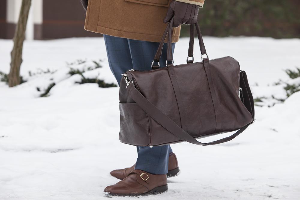 budrysówka, niebieskie spodnie, brązowe buty i torba