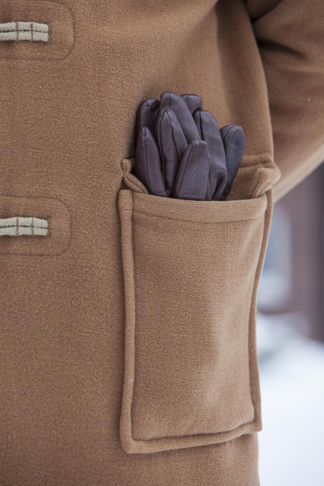 rękawiczki w kieszeni płaszcza