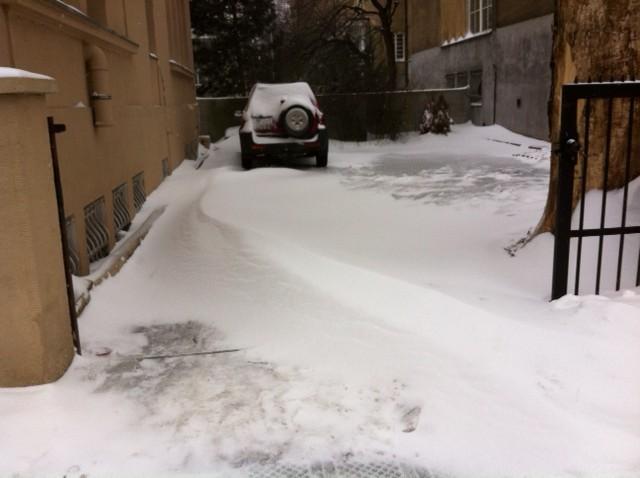 zaśnieżony parking