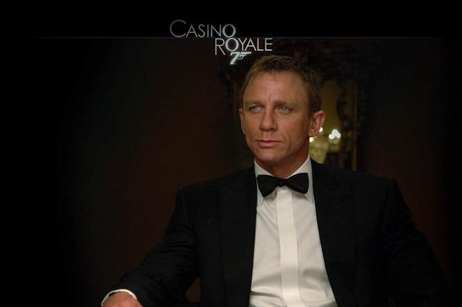 Daniel Craig jako Bond w muszce i koszuli z krytą plisą