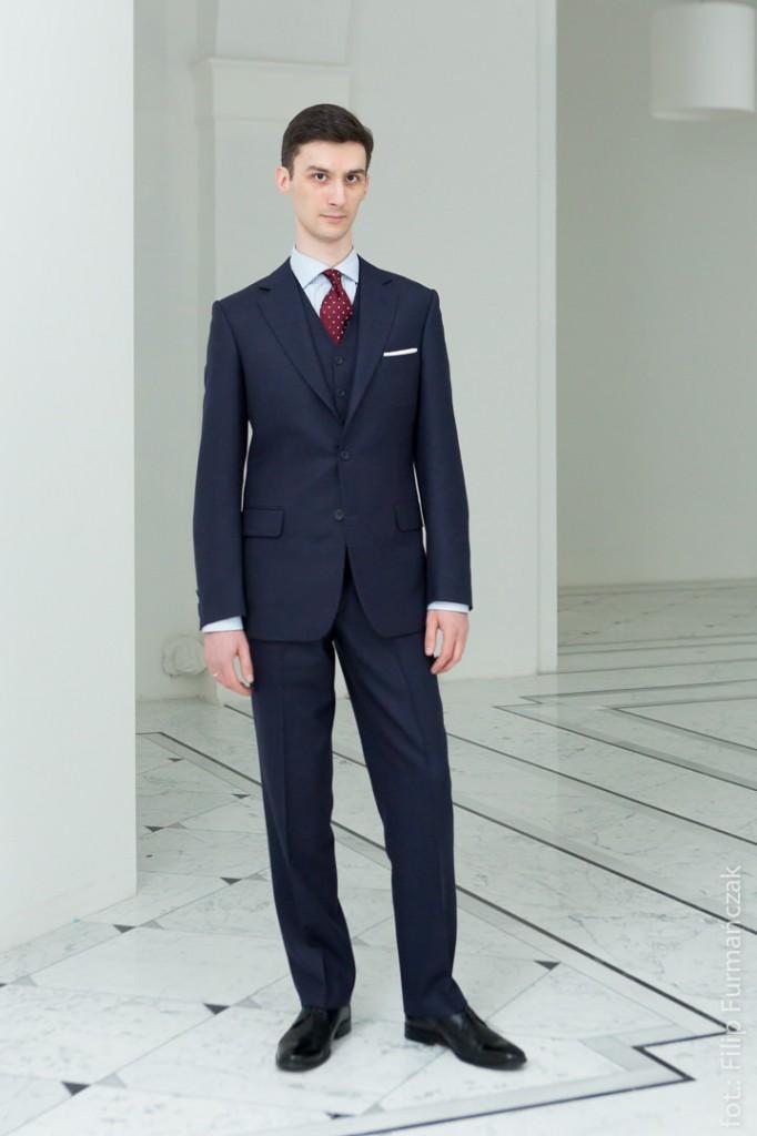 trzyczęściowy garnitur jednorzędowy na mężczyźnie