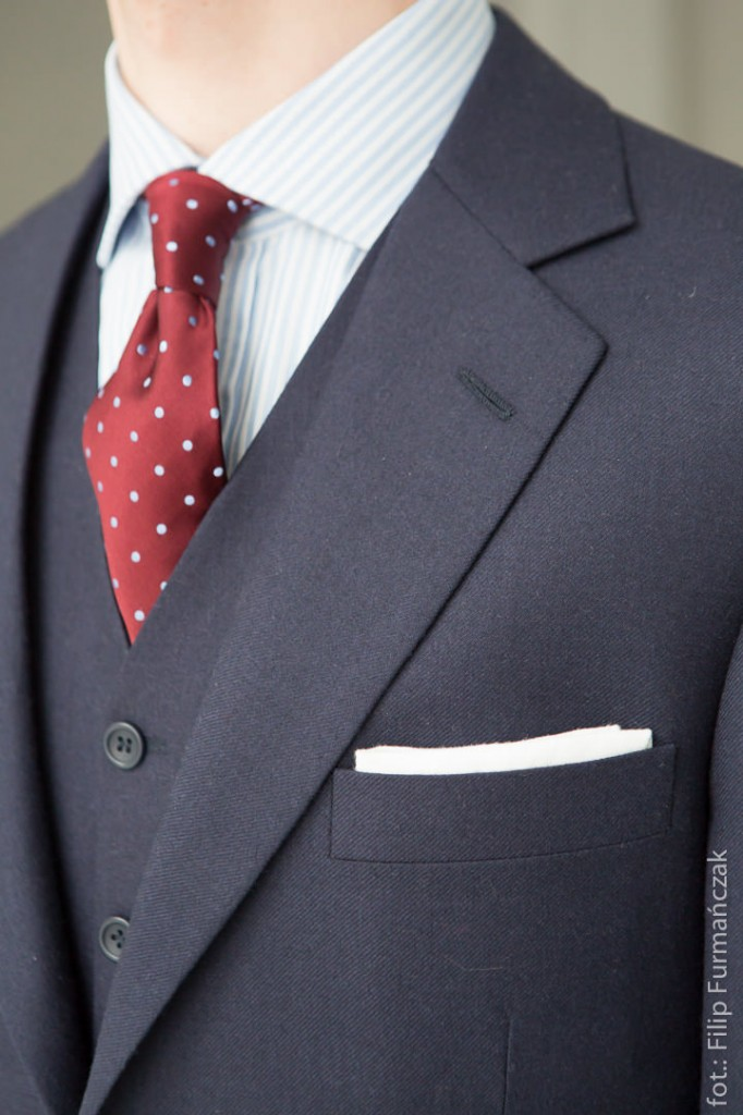 granatowy garnitur, koszula w prążek i bordowy krawat