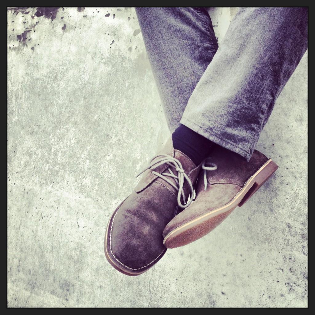 nogi w dżinsach, skarpetach i butach
