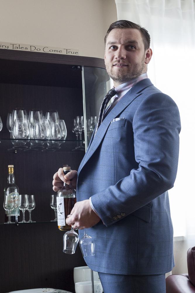 Niebieski garnitur w kratę zdjęcie z profilu