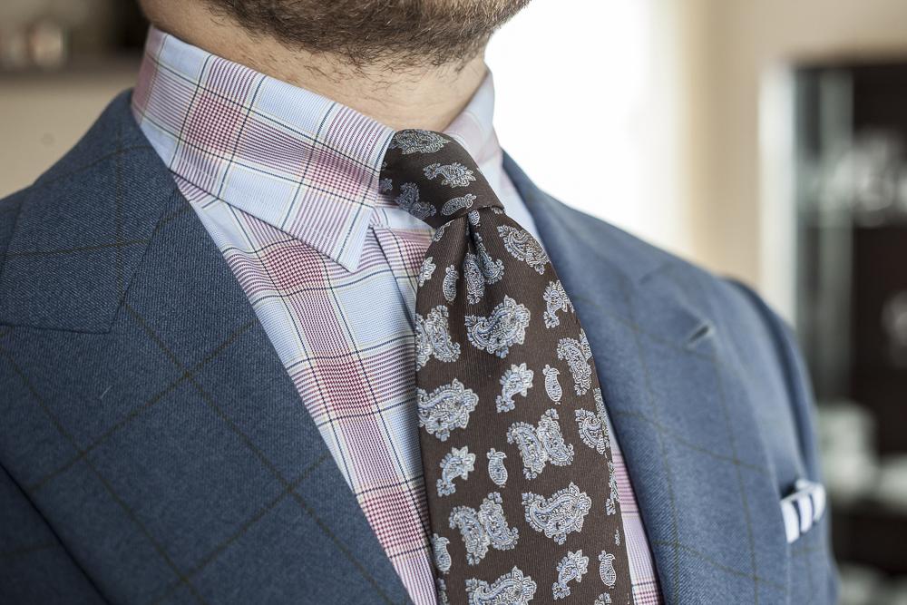 Niebieski garnitur w kratę, koszula w kratę, krawat