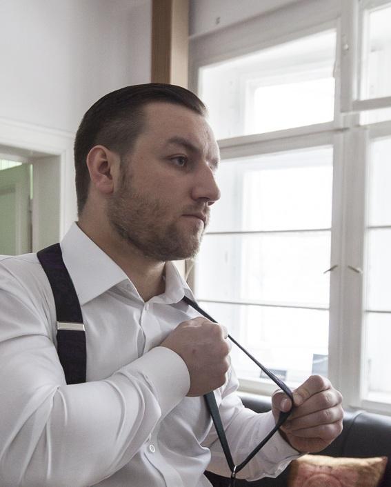 Tomasz Miler zakłada szelki