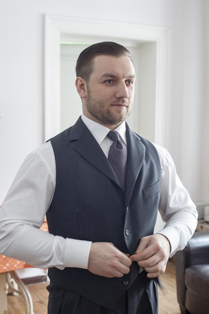 Tomasz Miler w kamizelce z szerokimi wyłogami