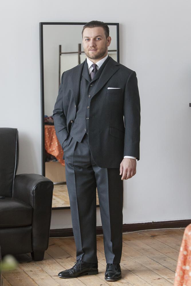 trzyczęściowy garnitur na Tomaszu Milerze