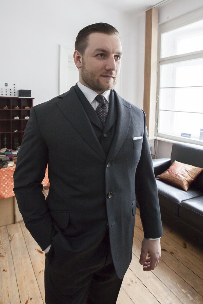 Tomasz Miler w trzyczęściowym garniturze