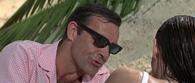 Sean Connery jako James Bond w koszuli w kratkę gingham