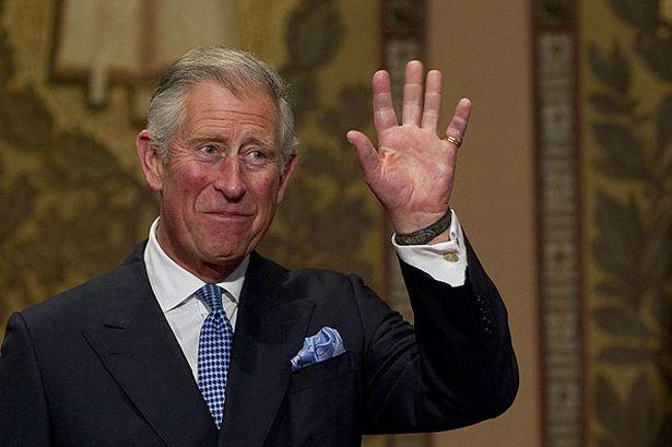 książę Karol w formalnej koszuli i garniturze