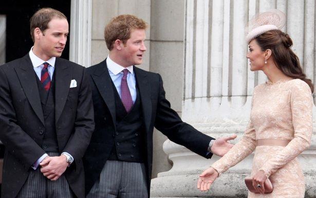 książę William i książę Harry w koszulach Winchester oraz księżna Kate