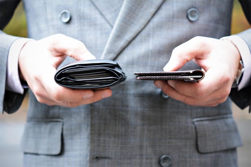 porównanie cienkiego portfela z wypchanym