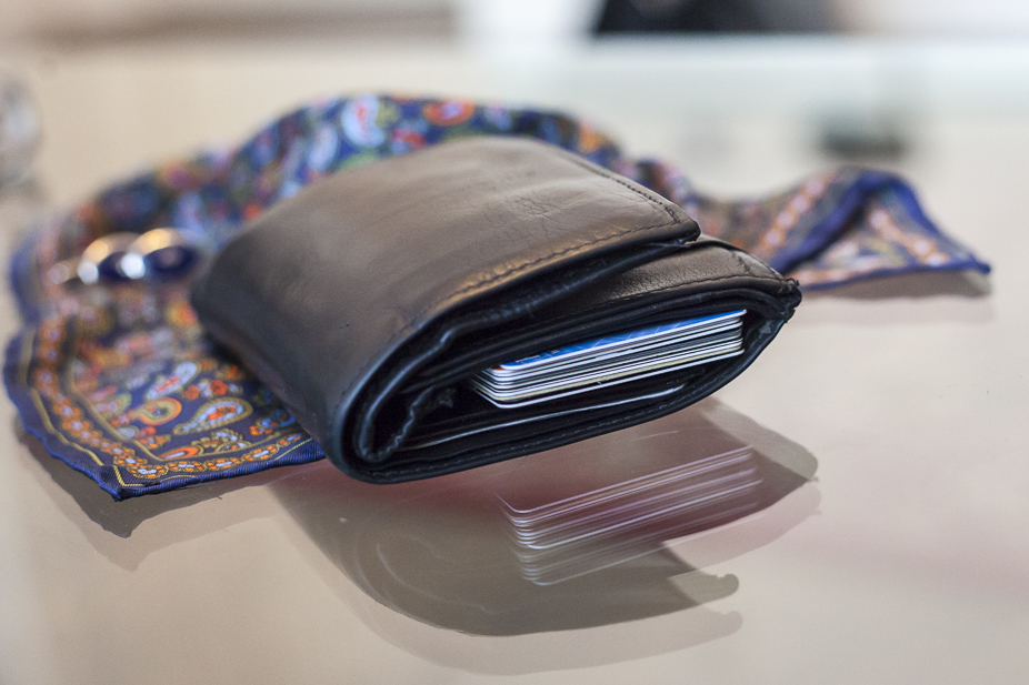 stary skórzany portfel wypychający kieszenie