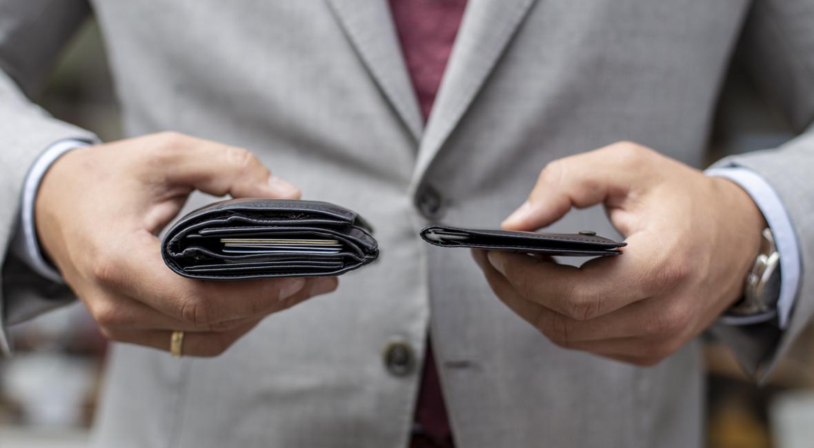 Skórzany portfel bez przegródek i zatrzasków – koniec wypchanych kieszeni