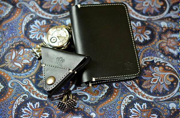 czarny portfel i bilonówka z kontrastowym przeszyciem