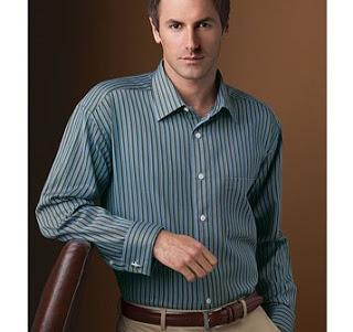 mężczyzna w niebieskiej koszuli z mankietem na spinki