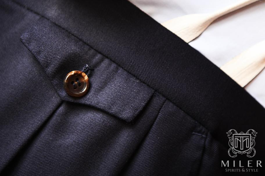 Zbliżenie na tylną kieszeń granatowego garnituru