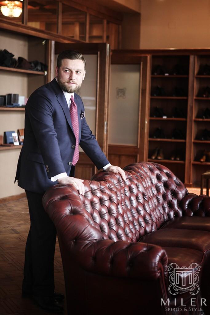 Tomasz Miler w granatowym garniturze