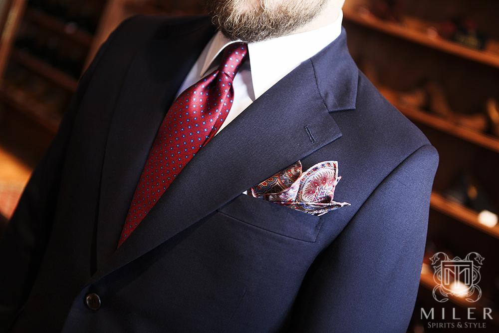 Granatowa marynarka i czerwony krawat