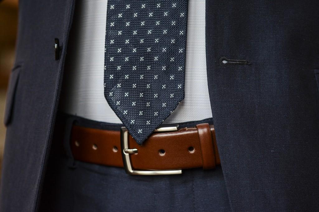 krawat i skórzany pasek