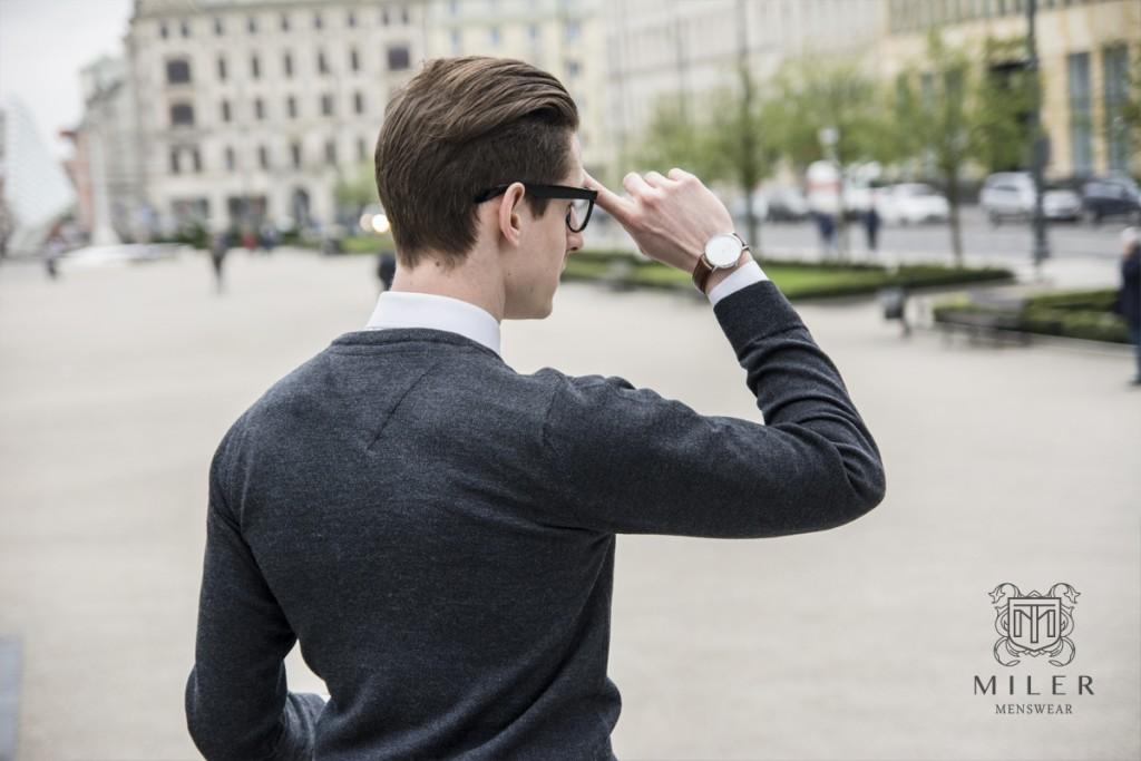 Szary sweter z wełny merynosowej na modelu - widok na plecy