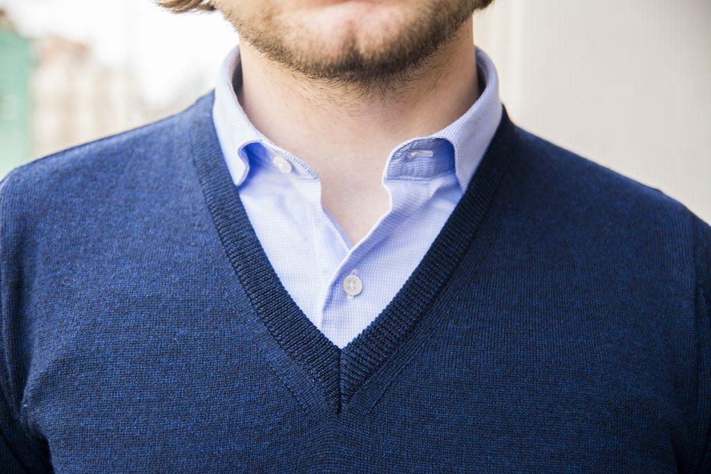 pogłębiony dekolt swetra z widocznym kołnierzykiem koszuli (bez krawata)