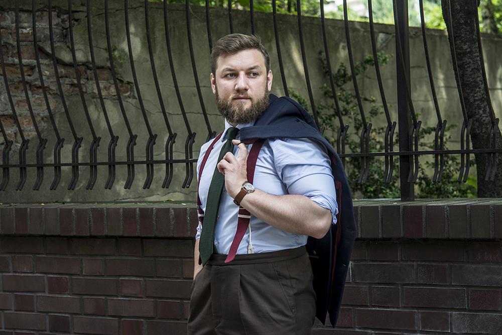 Czy gentleman może ściągać marynarkę w miejscach publicznych?