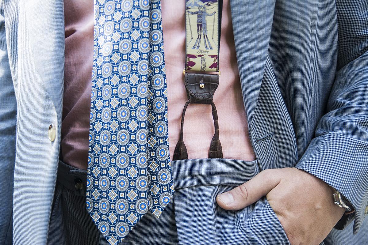 Błękitny garnitur z moheru i łososiowa koszula