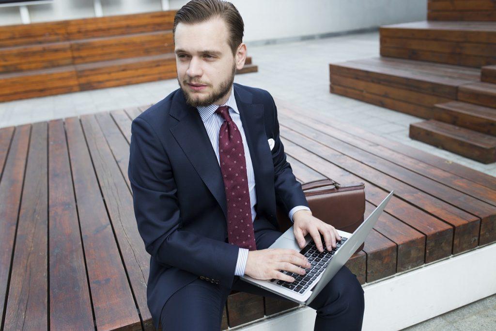 Granatowy garnitur MILER w stylizacji biznesowej