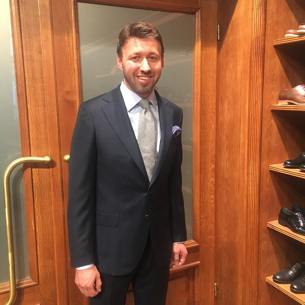 klient w garniturze MILER