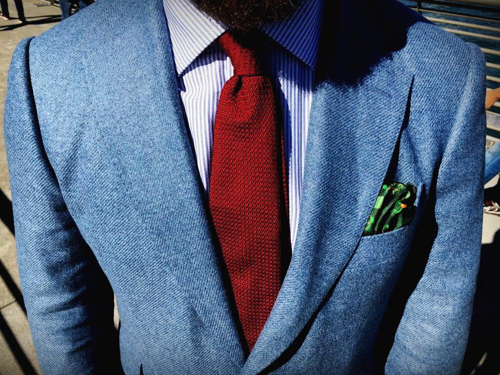 niebieska-marynarka-czerwony-krawat