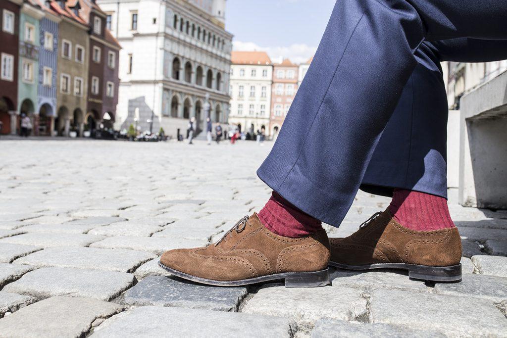 brazowe-zamszowe-brogsy-spodnie-na-szelki-miler-menswear(1)