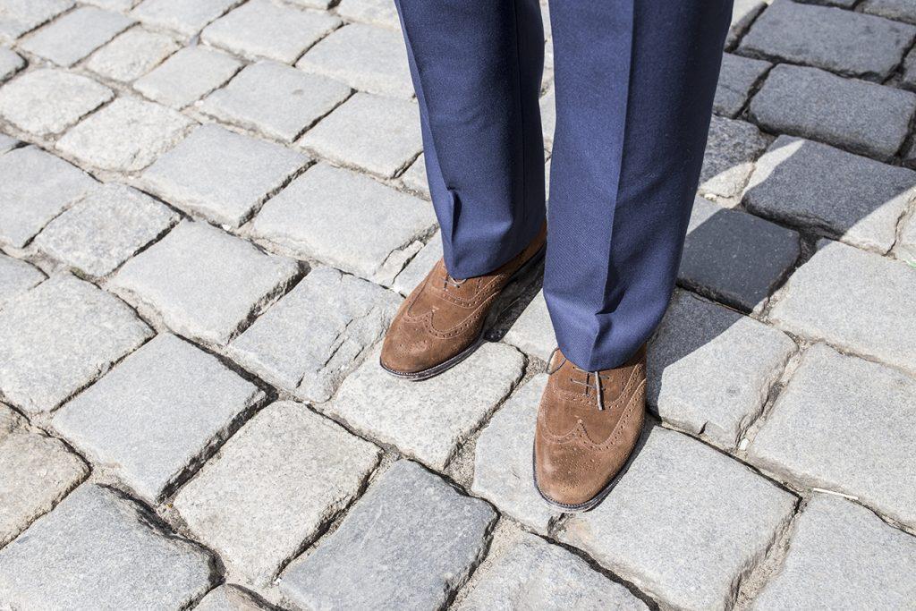 brazowe-zamszowe-brogsy-spodnie-na-szelki-miler-menswear(2)