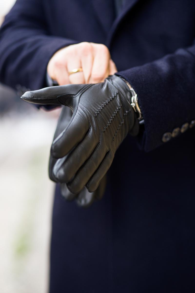 granatowa dyplomatka, plaszcz zimowy, miler menswear, na piti, zakładanie rękawiczki