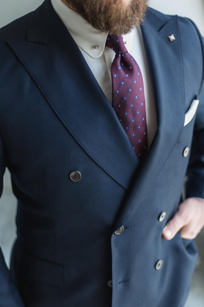 Granatowy garnitur dwurzędowy